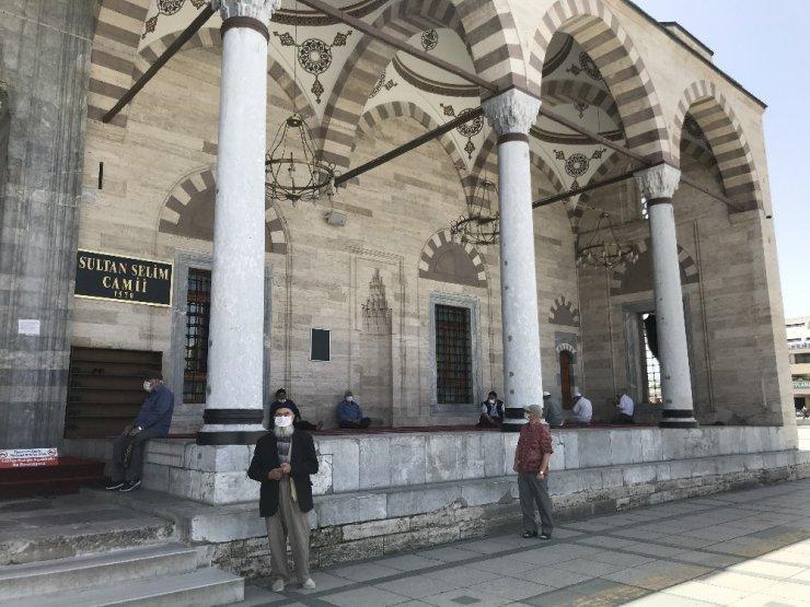 Konya'da 65 yaş üzeri vatandaşlar camilere koştu