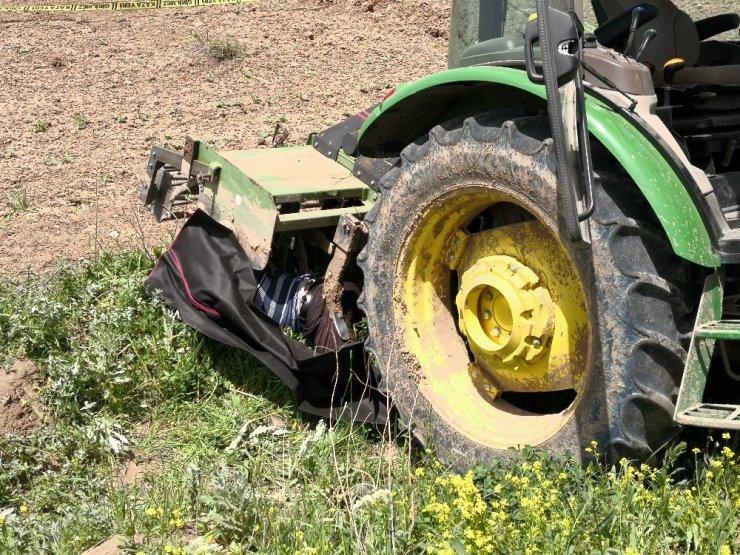 Traktörü temizlemek isterken canından oldu