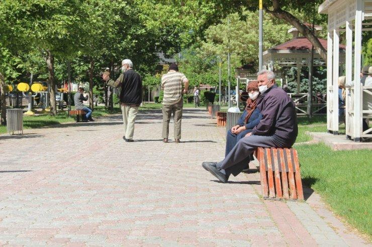65 yaş üstü izinliler parklara akın etti