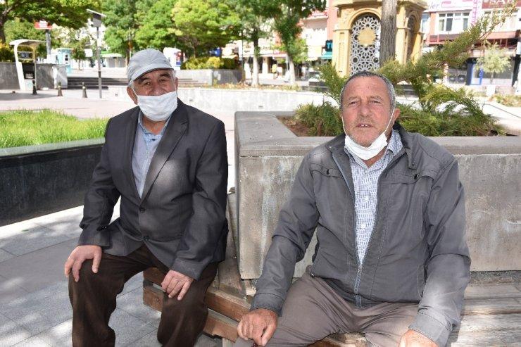 65 yaş üstü kişiler bayramın keyfini sokaklarda çıkardı