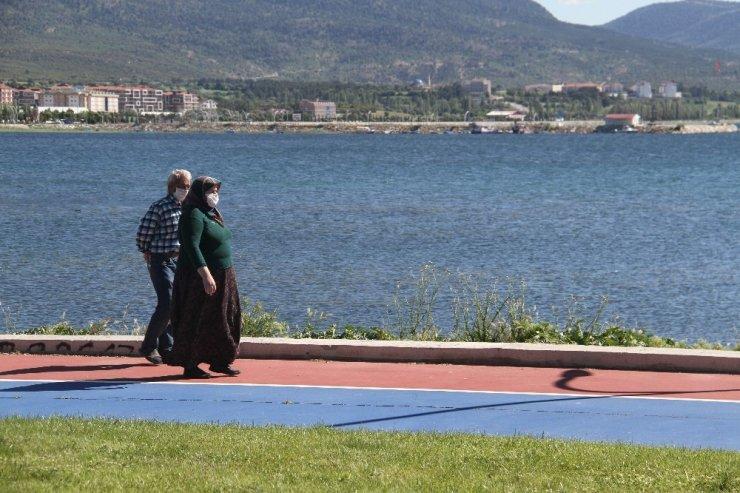 Beyşehir'de yaşlılar göl sahilinde bayramlaştı