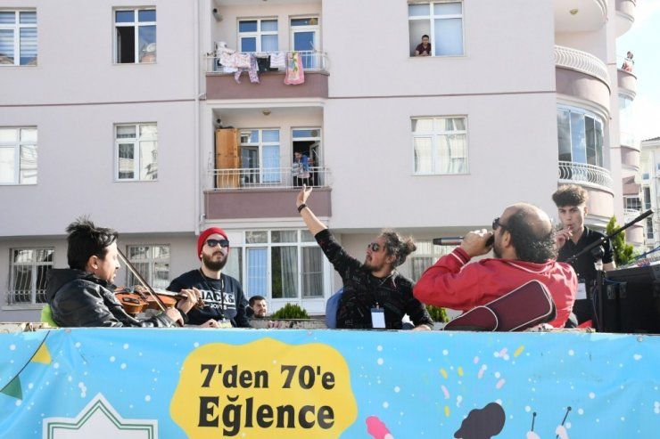 Balkonda göbek atıp müzisyenlere şeker ikram ettiler