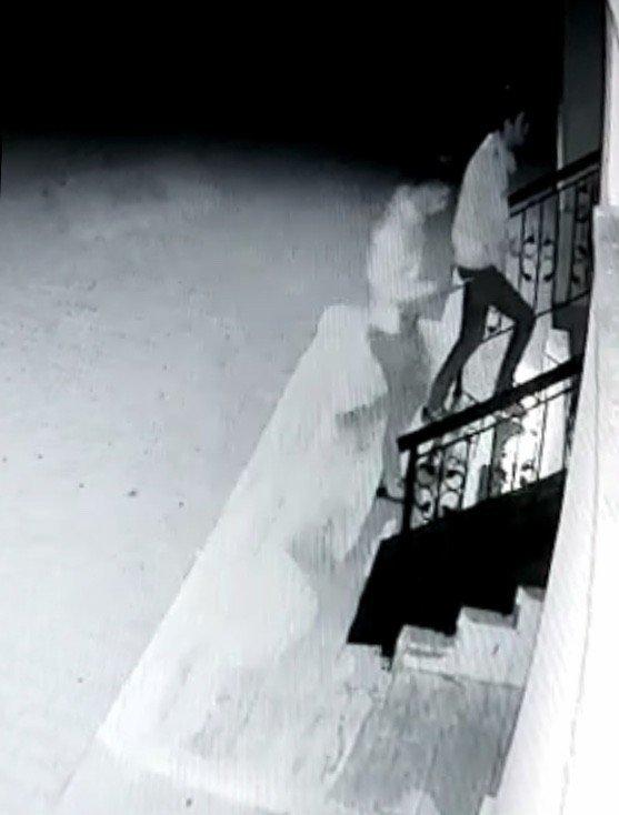 Gece vakti motosiklet hırsızlığı kamerada