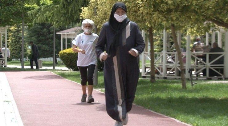 65 yaş üstü sporcular parkta bir araya geldi