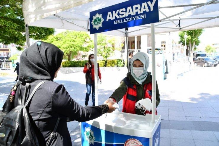 Aksaray Belediyesi maske dağıtımını sürdürüyor