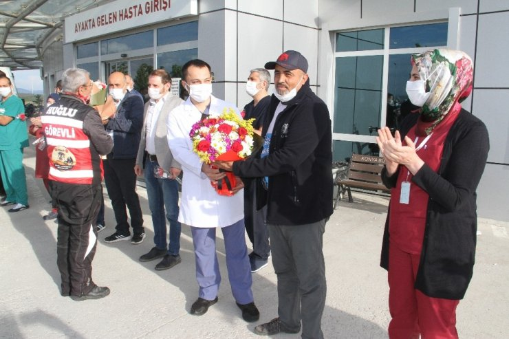 Motosiklet ve bisiklet tutkunlarından fedakar sağlık çalışanlarına çiçek
