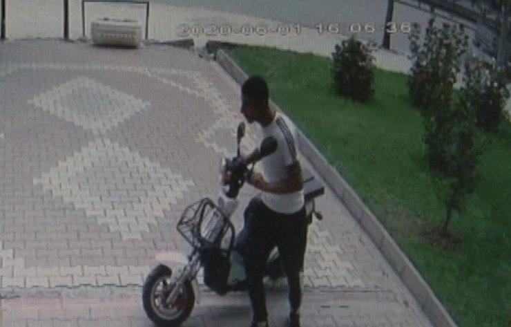 Güpegündüz elektrikli motosiklet hırsızlığı kamerada