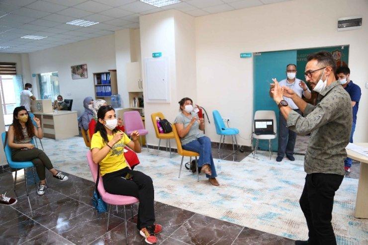 Aksaray Belediyesi tarafından açılan işaret dili kurslarında eğitimler devam ediyor