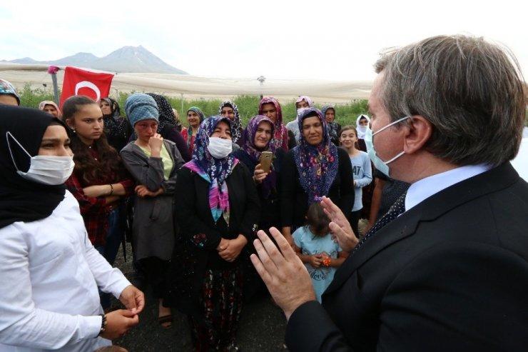 """Vali Aydoğdu'nun """"Okuyacaksın"""" sözü okuyamayan Ayşenur'u gözyaşlarına boğdu"""