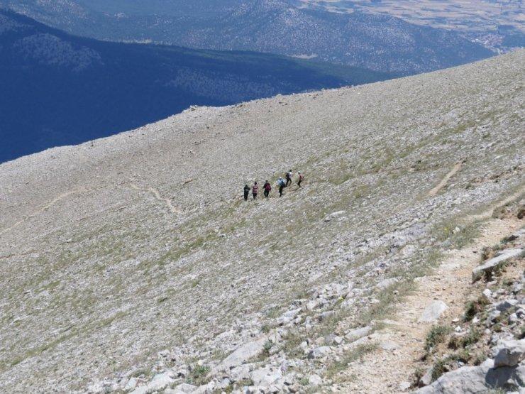 Görme engellilerden 15 Temmuz anısına Dedegöl Dağı zirvesine Türk bayrağı