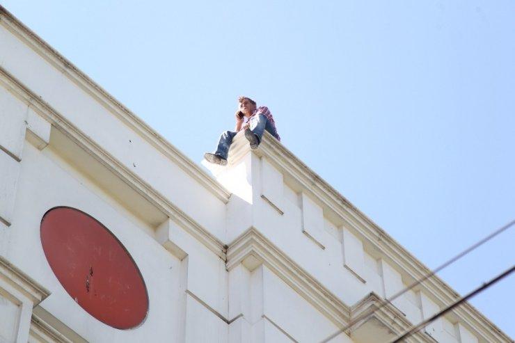 Kızını göremeyince çatıya çıkarak intihar girişiminde bulundu