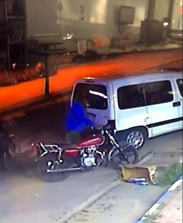 Direksiyon kilidini kalçasıyla kontrol edip motosikleti çaldı
