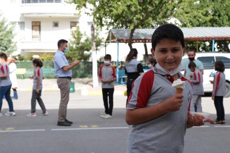 Aksaray Belediyesinden öğrencilere tatlı ve dondurma sürprizi
