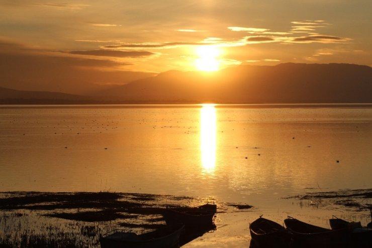 Beyşehir Gölü'nde kartpostallık gün batımı