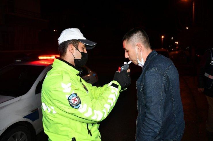 Araçla polisten kaçan maskesiz gençler alkollü çıktı