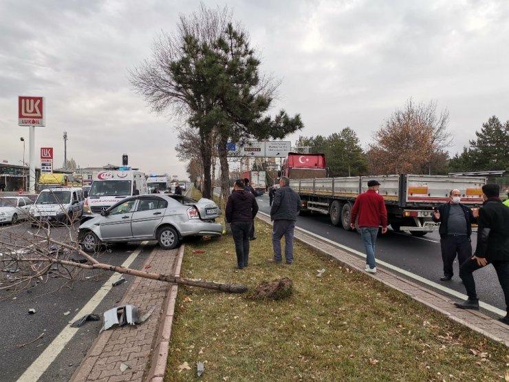 Kayseri'de 4 aracın karıştığı trafik kazasında 2 kişi yaralandı