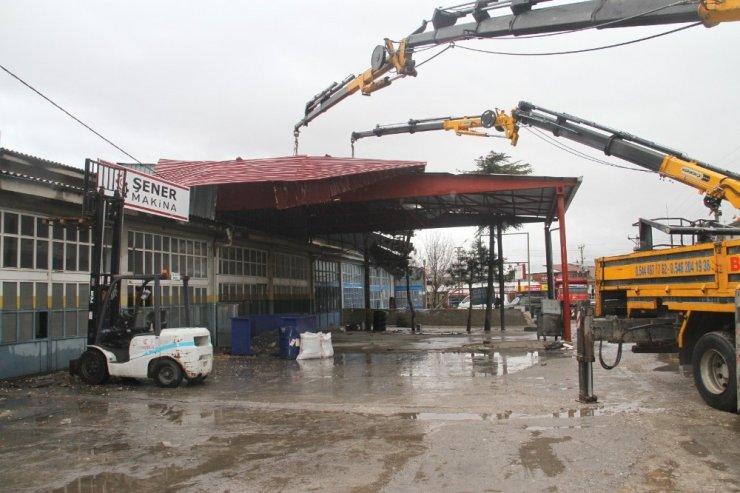 Konya'da fırtınadan uçan iş yeri çatısı iki blok ötedeki iş yerinin çatısına düştü
