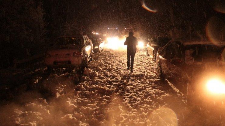 Sivas'ta yoğun kar yağışı ulaşımı aksattı