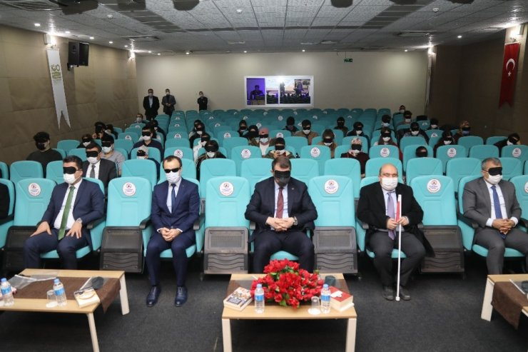 Görme engellileri anlamak için gözlerini kapattılar