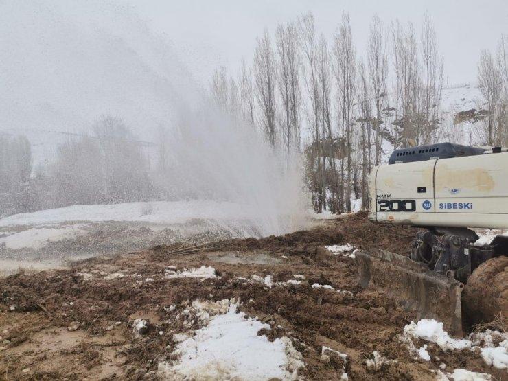 İçme suyu hattı patladı, havaya metrelerce su fışkırdı