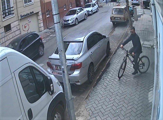 Kapıları zile basarak açtıran bisiklet hırsızı güvenlik kameralarında