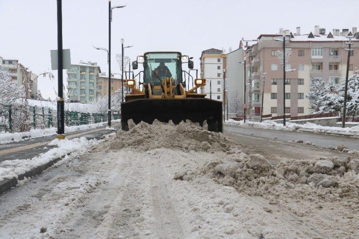 Sivas'ta karla mücadele aralıksız sürüyor