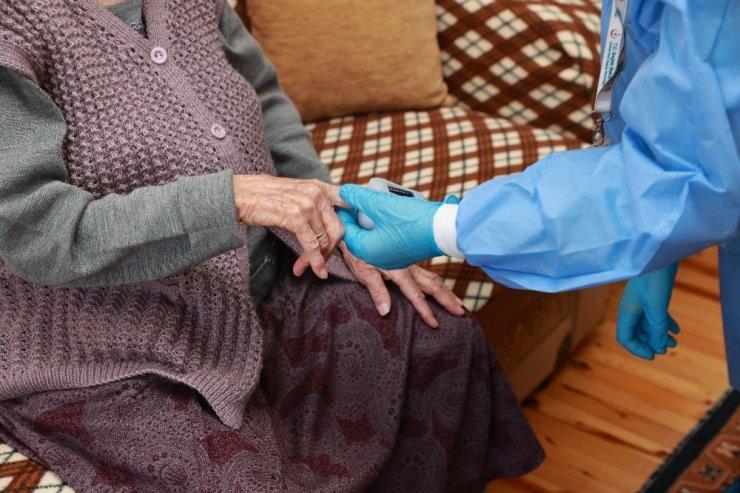90 yaş ve üzeri vatandaşlara evlerinde aşılama