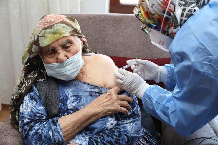 85 yaş üzeri vatandaşlar evlerinde aşılanmaya başlandı