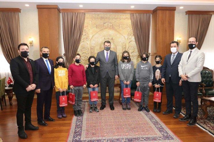 Dünya birincisi öğrencileri Vali Ayhan ödüllendirdi