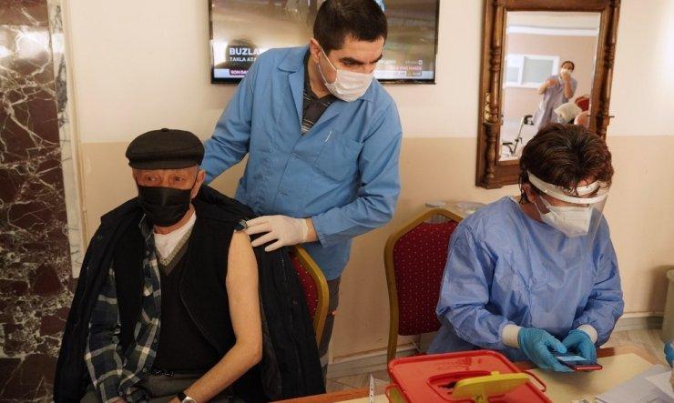 Keçiören Belediyesi Huzurevi'nde ilk doz aşılar yapıldı