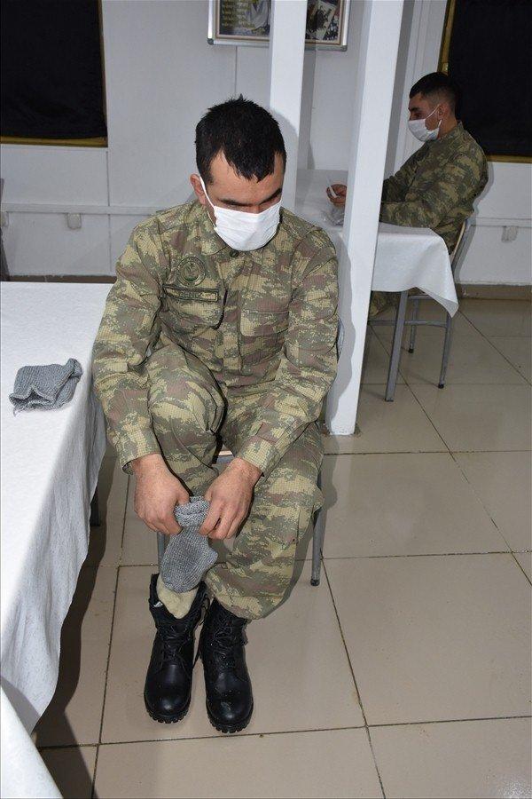 117 yaşındaki Zeliha nineden Mehmetçiğe 115 çift çorap
