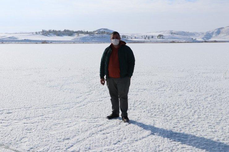Kısmen buz tutan gölde doyumsuz manzara