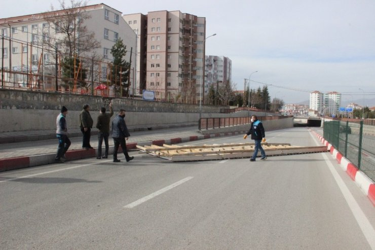 Karaman'da uçan çatı, altgeçidi trafiğe kapattı