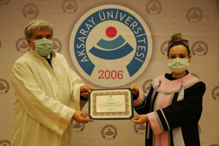 ASÜ'de unvanda yükselen akademisyenler cübbelerini giydi