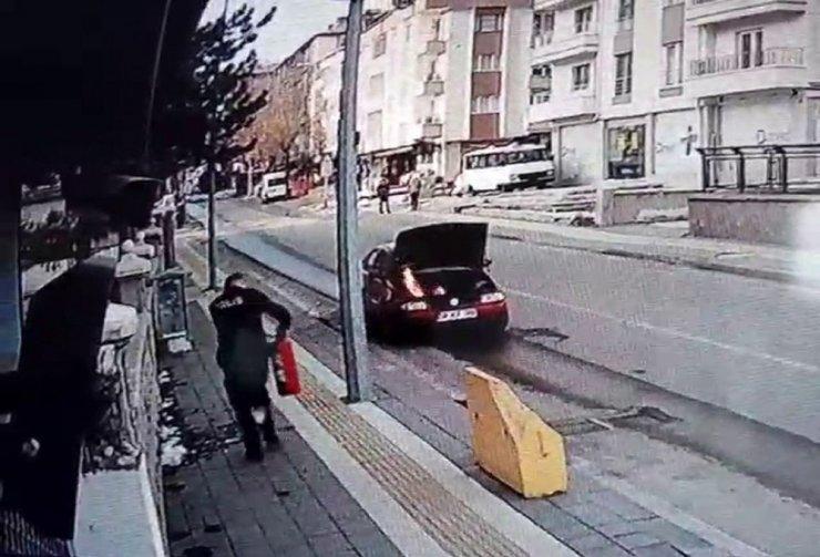 Aracı yanan çaresiz sürücünün yardımına polis yetişti, o anlar güvenlik kamerasına yansıdı