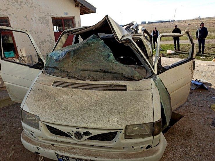 Aksaray'da kontrolden çıkan minibüs direğe sonra duvara çarptı: 6 yaralı