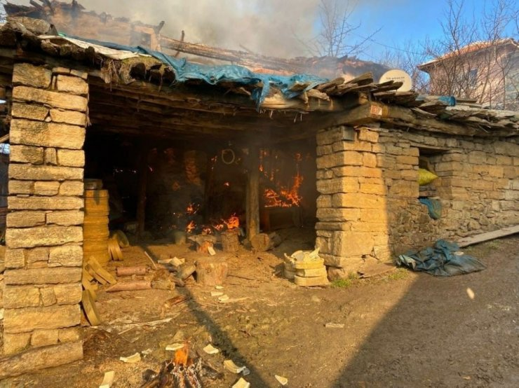 Çömlek kurutma sobasından çıkan yangında ev alevlere teslim oldu