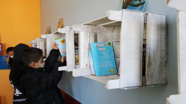 Minik elleriyle çöplerden kütüphane yaptılar
