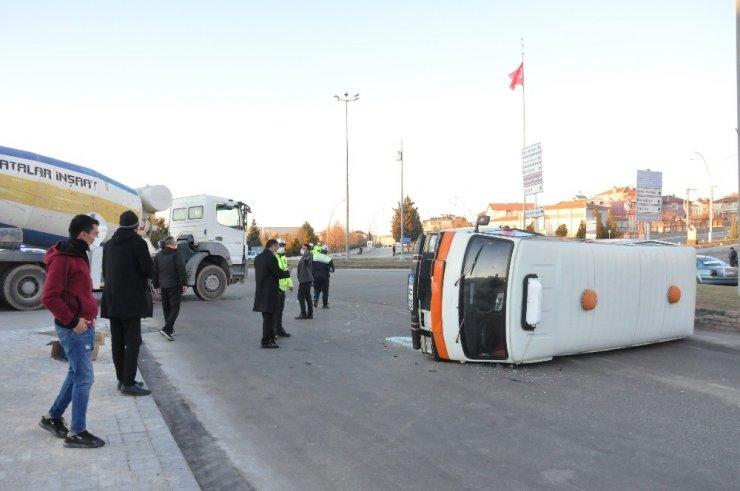 Karaman'da beton mikseri ile çarpışan minibüs devrildi