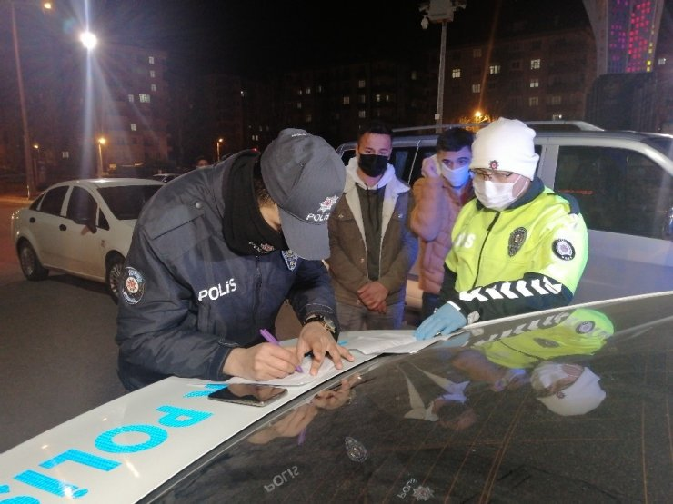 Sürücü ve yolcunun polis memuruyla ilginç diyaloğu