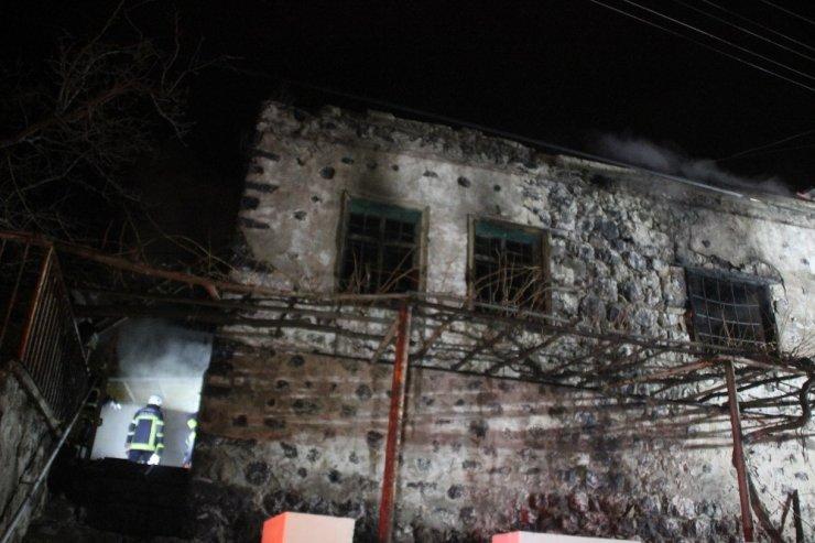 Alkollü şahıs evini ateşe verdi