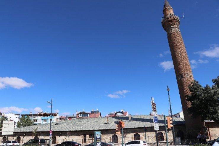 117 santimetrelik eğimiyle Pisa Kulesiyle yarışıyordu 13 metrelik temeli olduğu ortaya çıktı