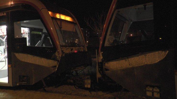 Aynı rayda giden iki tramvay çarpıştı: 2 yaralı