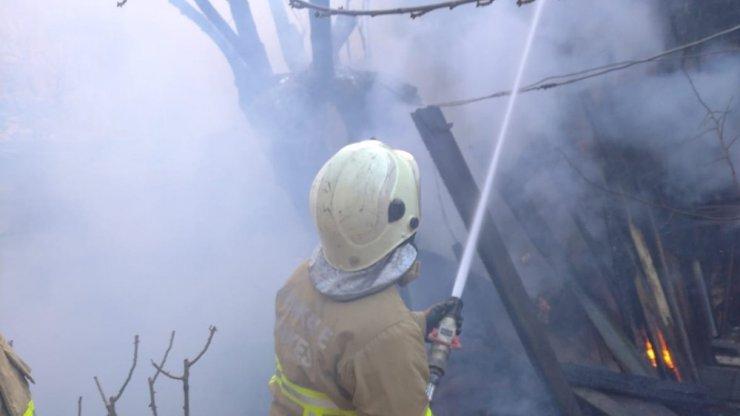 Tandırlıkta çıkan yangın eve sıçradı