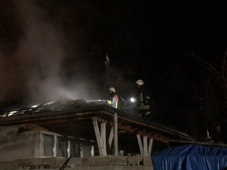 Müstakil evin çatısında çıkan yangın söndürüldü
