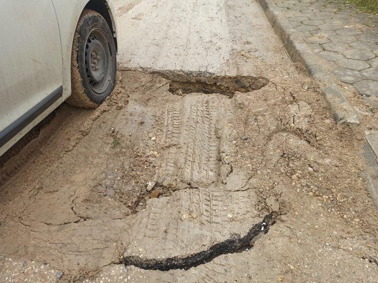 Yolun ortasındaki derin çukur sürücülere zor anlar yaşattı