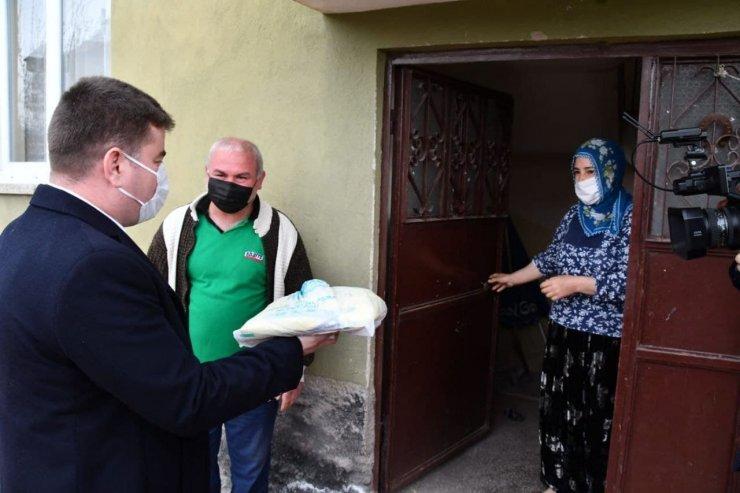 Başkan Dinçer ve ekibi kapı kapı gezip pide dağıtıyor