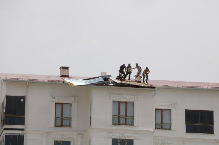 Kuvvetli fırtına hayatı olumsuz etkiledi, bir çok evin çatısı uçtu