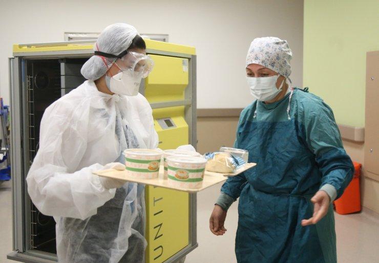 Emine hemşirenin pandemi servisinde hüzünlü iftarı