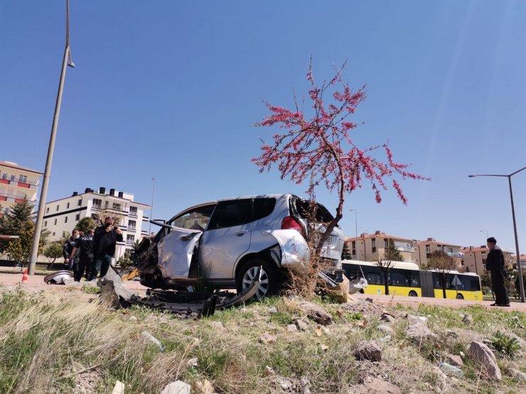 Direksiyon hakimiyeti kaybolan araç kaldırıma çıktı: 2 yaralı